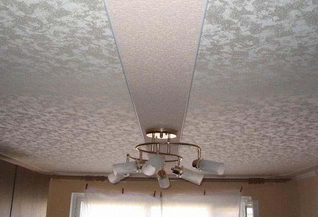 серебристый натяжной потолок с полосой по центру